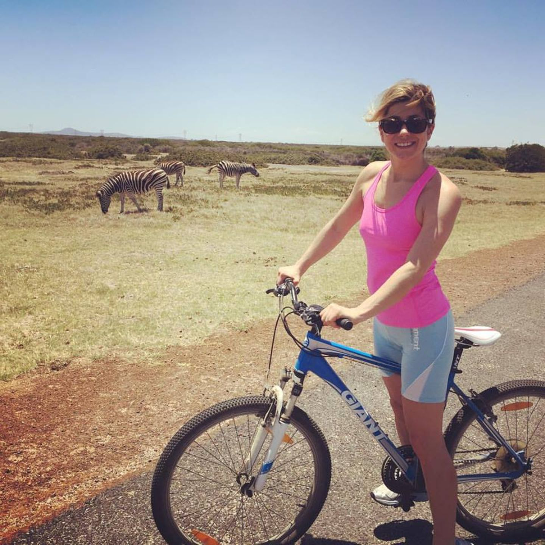 Auch Moderatorin Panagiota Petridou zieht es nach Afrika. Hier macht sie eine Radtour durch ein Naturschutzgebiet in Kapstadt, wo die Zebras ganz entspannt am Strassenrand stehen.