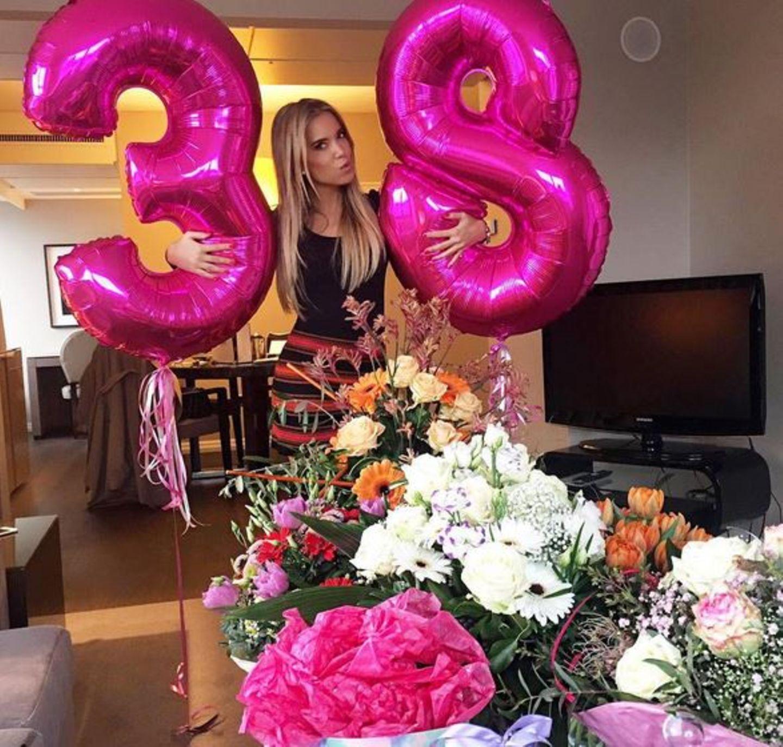 Pretty in Pink: Sylvie Meis freut sich über die vielen Blumen zu ihrem Geburtstag.
