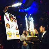 9. Januar 2016  Nina Dobrev feiert ausgelassen ihren 27. Geburtstag und ist überglücklich, dass sie so viele tolle, warmherzige und lustige Menschen in ihrem Leben hat, die mit ihr ihre Emoji-Themenparty feiern.