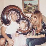 November 2015  Da ist der Luftballon fast schon größer als das Geburtstagskind selbst: Die kleine Rivka wird an ihrem dritten Geburtstag von Papa Guy und Mama Jacqui Ritchie wie eine Prinzessin behandelt. Ihr rosa Tüllröckchen passt da perfekt.