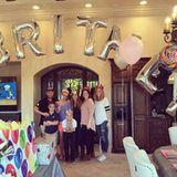 2. Dezember 2015  In diesem Wohnzimmer ist wohl kaum zu übersehen, wer hier Geburtstag hat. Die Riesenballons verraten sofort: Britney Spears darf sich über einen Tag voll von bunten Ballons, Geschenken und einen süß dekorierten Tisch freuen.