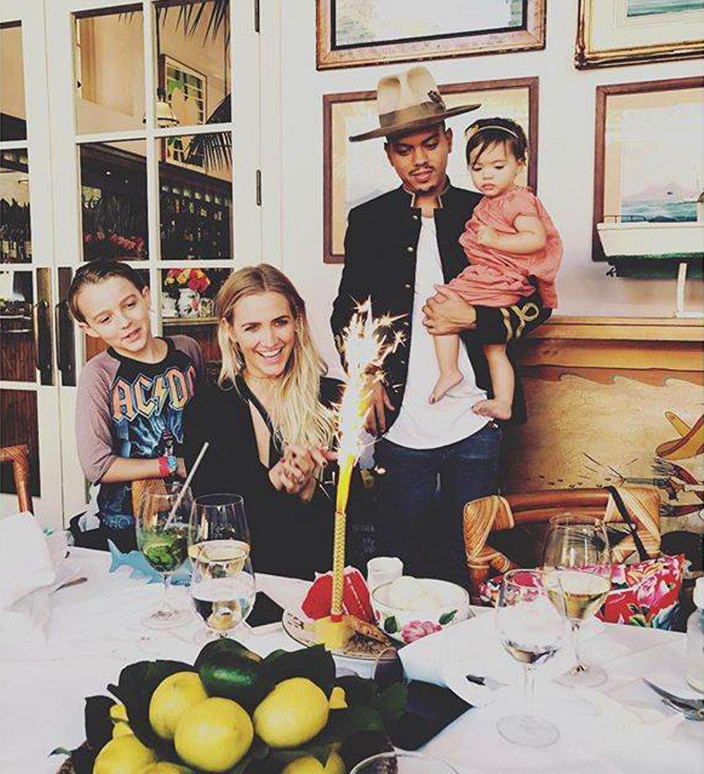 """3. Oktober 2016  Ashlee Simpson ist an ihrem 32. Geburtstag von ihren Lieben umgeben. Ihr Ehemann Evan Ross überrascht die Sängerin mit einer süßen Liebeserklärung. """"Happy Birthday für die unglaublichste Lady. Ich liebe dich von ganzem Herzen, Baby. Ich bin so ein Glückspilz, dich zu haben. Du bist mein Ein und Alles!!"""", schreibt er zu dem Bild, das das Paar mit den Kindern Bronx Mowgli, sieben, und der einjährigen Jagger Snow zeigt."""