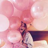 """5. Januar 2016  Bei Suki Waterhouse heißt es an ihrem 24. Geburtstag nicht Schokolade sondern """"Champagner zum Frühstück"""". Sie wird in ihrem Hotelbett mit einer Flasche des Edelgetränks und vielen rosa Ballons überrascht. So wird man doch gerne geweckt!"""