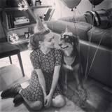 3. Dezember 2015  Mit ihrem Hund Finn teilt Amanda Seyfried jede freie Minute. So natürlich auch an ihrem 30. Geburtstag. Im Partnerlook mit Partyhut machen sie es sich gemütlich, statt wild zu feiern.