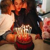 Supermodel Alessandra Ambrosio feiert ihren Geburtstag mit ihren beiden Liebsten, Sohn Noah und Tochter Anja.