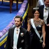 Prinz Carl Philip schaut sehr ernst, seine Frau Sofia, für die es die zweite Teilnahme an der Zeremonie ist, lächelt in die Runde.