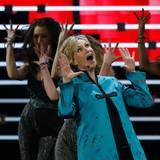Jane Lynch führt durch den Abend und begeistert mit ihrer Eröffnungsperformance.