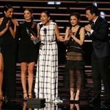 """Der Cast von """"Pretty Little Liars"""" nimmt den Preis für die beliebteste Dramaserie im Kabelfernsehen entgegen."""