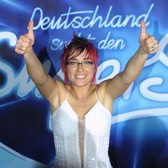 """Staffel 2: Elli Erl  Die zweite Staffel von """"Deutschland sucht den Superstar"""" endet mit einem Finale unter Frauen: Elli Erl und Denise Tillmanns treten mit dem Siegertitel """"This Is My Life"""" gegeneinander an. Die rockige Attitüde von Elli scheint den Zuschauern jedoch besser zu gefallen. Etwa zwei Drittel von ihnen ruft für die Sängerin mit dem Iro an."""