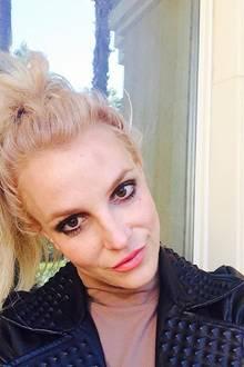 """Britney Spears zeigt sich am 1. Januar mit blauem Fleck. """"Guten Morgen, 2016! Stört euch nicht an meinem kleinen blauen Fleck an der Stirn ... bin in eine Stange gerannt."""""""