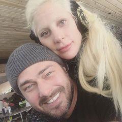 """Lady Gaga und ihr Verlobter Taylor Kinney bedanken sich am Jahresende bei ihren Fans und ihren Lieben. """"Wir hatten einen wunderschönen Urlaub und sind sehr dankbar, weil es nicht dasselbe ohne euch in unseren Leben wäre!"""""""
