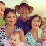 """Ex-US-Präsident George W. Bush hat im Kreise seiner Familie äußerst gute Laune. """"Frohes neues Jahr von meiner Familie an eure"""", schreibt seine Tochter Jenna Hager zu dem Foto. """"Mögen wir die bedingunglose Liebe der Familie 2016 jeden Tag spüren."""""""