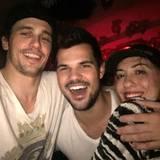 """James Franco feiert mit Taylor Lautner ins neue Jahr. """"Mit den Wölfen rennen"""", schreibt Franco zu dem Schnappschuss mit dem ehemaligen """"Twilight""""-Werwolf."""