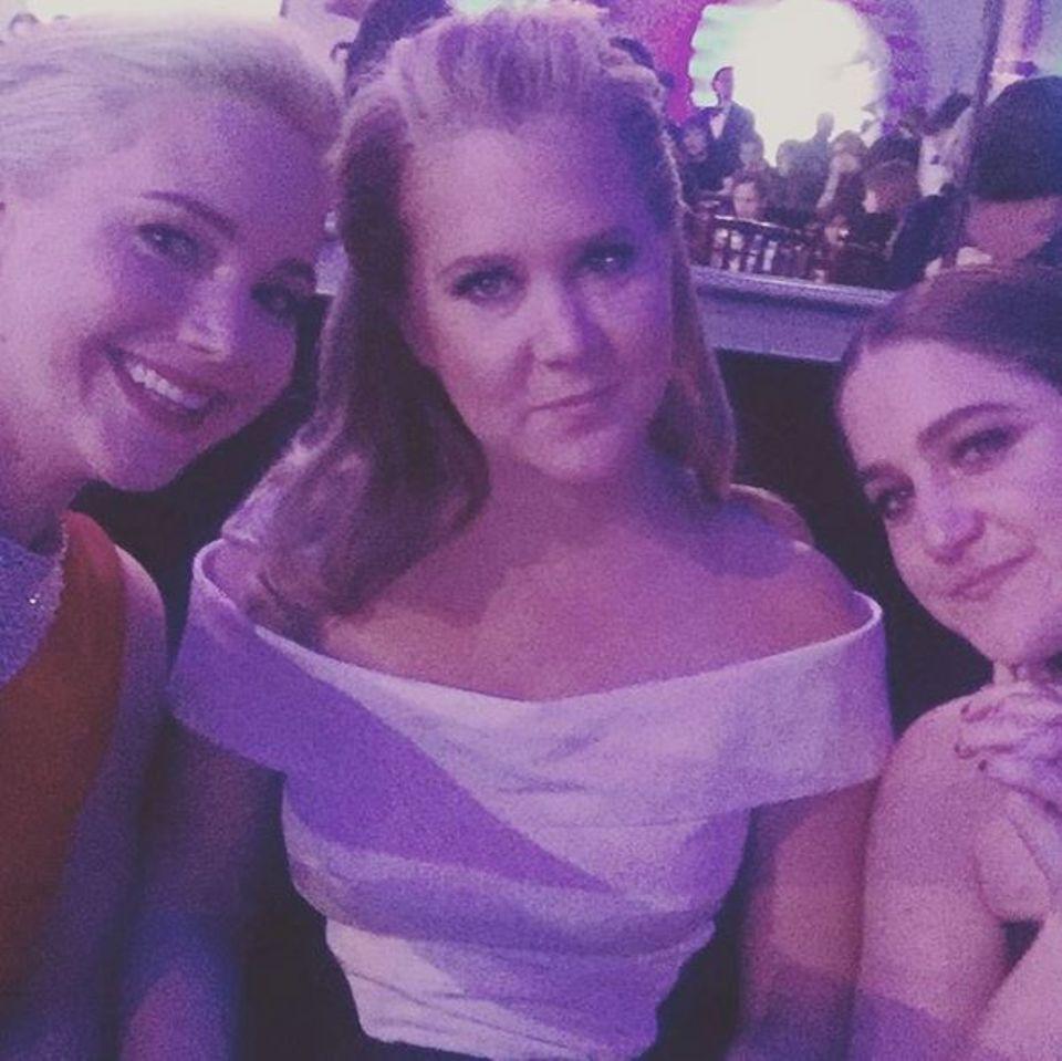 """Auch auf der Afterparty der """"Golden Globes"""" können sich Jennifer Lawrence und Amy Schumer nicht voneinander trennen. Sie sind definitiv """"Hollywoods New BFFs""""."""