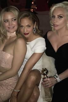 """Wow, wow, wow! Dieses Trio begeistert gleich dreifach! Bei so viel Schönheit von Kate Hudson, Jennifer Lopez und Lady Gaga geht schon nahezu der Award unter, den die blonde Sängerin erst kurz zuvor für ihre Rolle in der TV-Miniserie """"American Horror Story: Hotel"""" erhalten hat."""