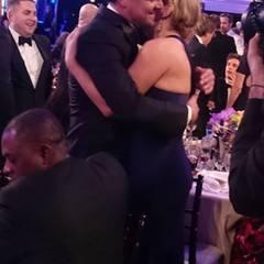 """Seit """"Titanic"""" verbindet Leonardo DiCaprio und Kate Winslet eine enge Freundschaft. Da heißt es nicht einfach """"Hände schütteln, smalltalken und Tschüss"""". Sie lassen sich von dem Getummel nicht stören und umarmen sich herzlich."""