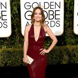 Nicht nur Olivia Wildes weinrotes Pailletten-Kleid von Michael Kors ist eine Traum, das gesamte Styling von Olivia Wilde ist perfekt abgestimmt.