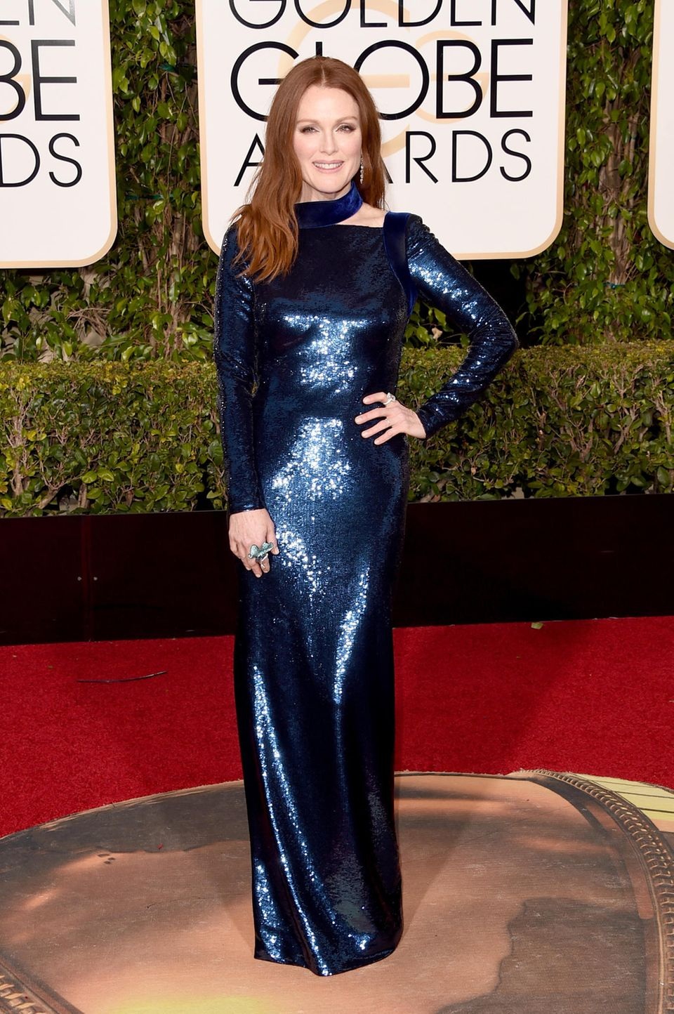 Julianne Moore glitzert ganz bezaubernd in einem blauen Pailletten-Kleid von Tom Ford.