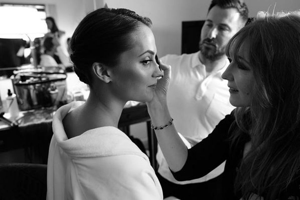 Beauty-Königin Charlotte Tilbury legt letzte Hand an das glamouröse Make-up von Schauspielerin Alicia Vikander.