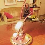 """""""Chillen mit einem Schokoladen-Golden-Globe"""", schreibt Brie Larson unter diesen Schnappschuss. In Hoodie und Jogginghose - und vor allem mit leckerer Nervennahrung - entspannt es sich vor dem Trubel ja auch besonders gut."""
