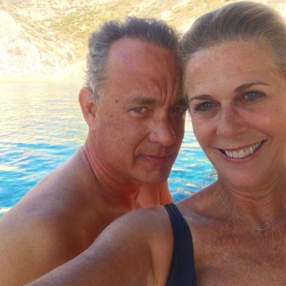 """Sie sind seit 28 Jahren verheiratet und glücklich wie am ersten Tag: Tom Hanks und Rita Wilson beweisen uns, dass es auch in Hollywood die wahre Liebe gibt. Und dieser Schnappschuss ist ein ganz besonderer: Es ist das erste Pärchen-Selfie des Hollywood-Duos. Und sie halten es auch bei der Bild-Beschreibung lieber schlicht: """"Ich liebe ihn"""", schreibt die 59-Jährige unter das Foto."""