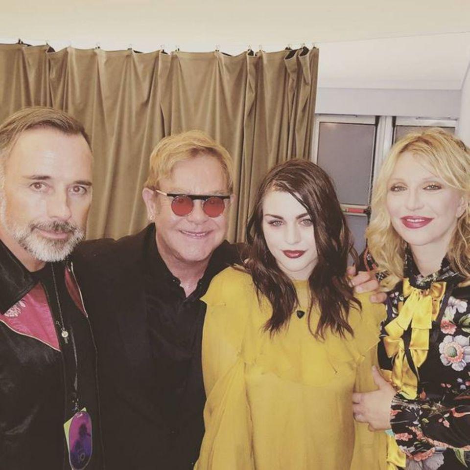 Courtney Love freut sich über einen tollen Abend mit ihrer Tochter Frances Bean Cobain, Elton John und seinem Ehemann David Furnish.