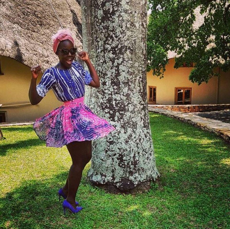 """Schauspielerin Lupita Nyong'o freut sich riesig über die Premiere ihres Films """"Queen of Katwe"""" in Uganda."""