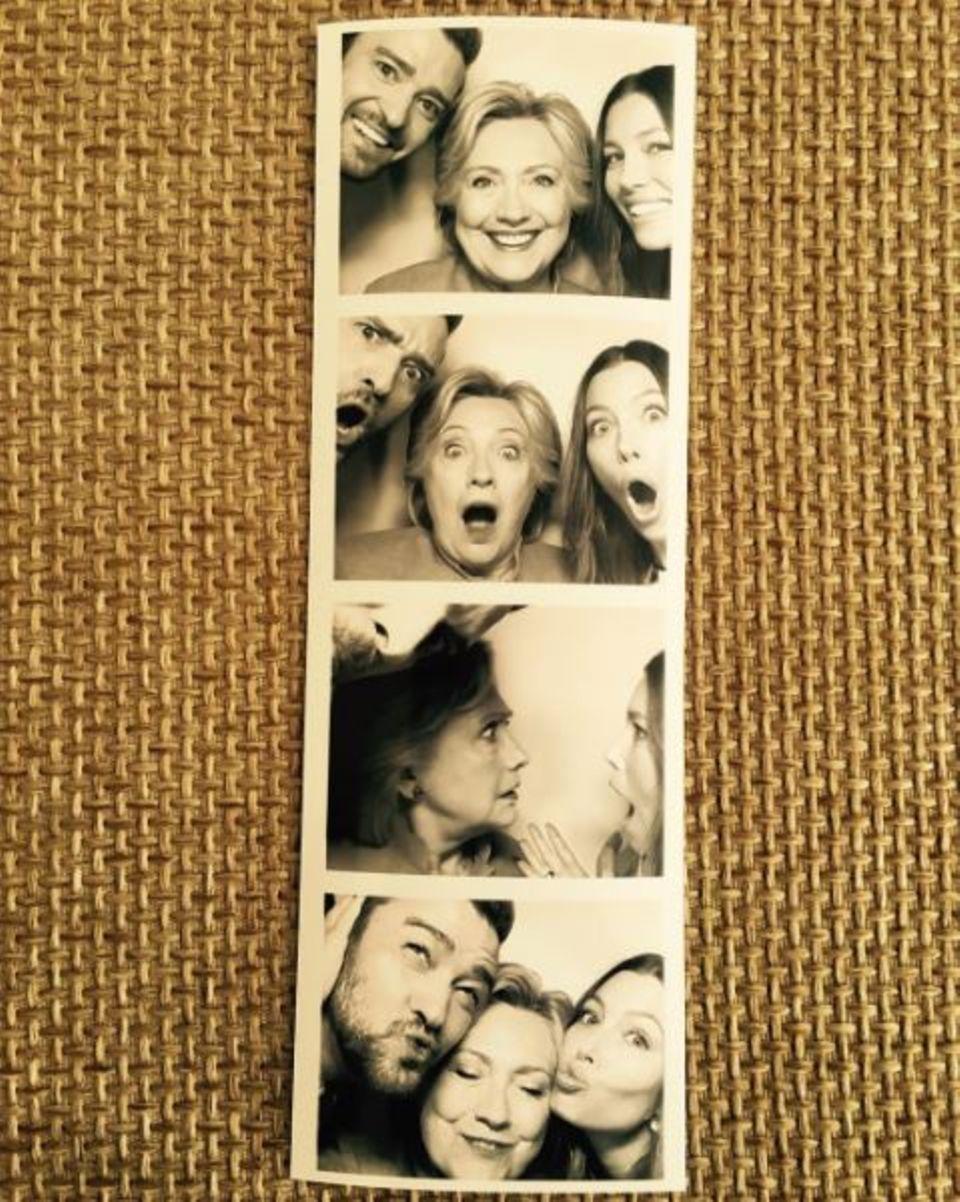 """August 2016   """"Schaut mal, wer zum Mittagessen vorbei kam ..."""" schreibt Jessica Biel zu diesem lustigen Foto aus dem Fotoautomaten mit Ehemann Justin Timberlake und Präsidentschaftskandidatin Hillary Clinton. Und ganz nebenbei zeigen die Hollywoodstars für wen sie wohl stimmen werden bei den Wahlen am 8. November 2016 in den USA."""