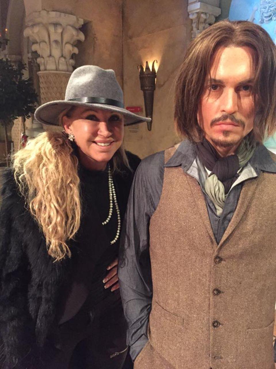 Januar 2016  Carmen Geiss trifft sie alle: Hier posiert sie bei Madame Tussauds in New York neben der Wachsfigur von Johnny Depp, die täuschend echt aussieht.