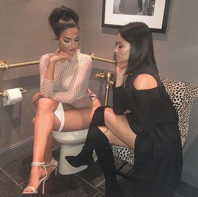 Model Shanina Shaik (rechts) hat eben manchmal Redebedarf, der nicht warten kann. Hey, mit so viel Stil wird die Würde (fast) gewahrt.