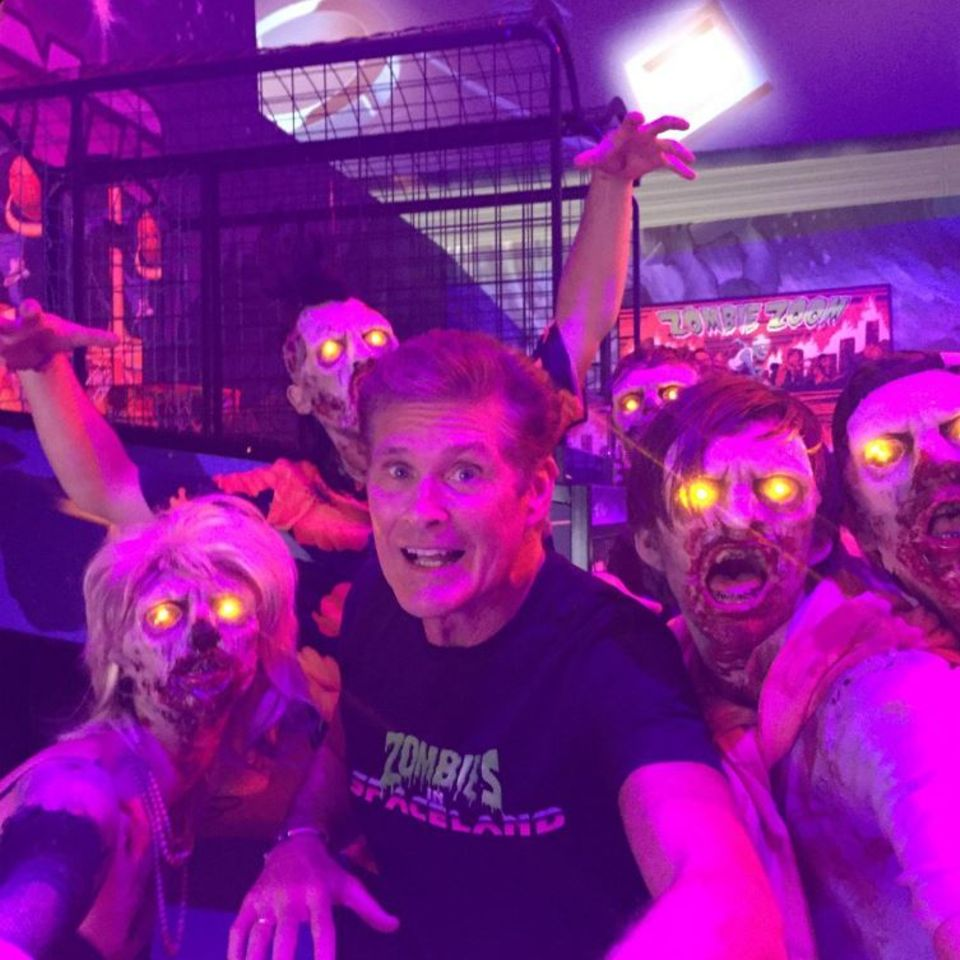 """Hilfe! """"Call of Duty"""" -Zombies sind hinter mir her! - Postet David Hasselhoff. Dem Zombiemodus des Ballerspiels leiht der """"Knight Rider""""-Star seine Stimme."""
