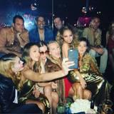 Feierstimmung mit Jessica Alba und Nicole Richie: Nicht leicht die ganze Partymeute auf ein Selfie zu bekommen.