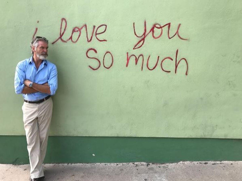 """Ex-Bond Pierce Brosnan vor den Worten """"i love you so much"""", die auf eine Wand gesprayt wurden. Es ist eine kleine Liebeserklärung an die Stadt Austin in Texas, in der er während der Aufnahme unterwegs ist."""