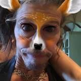 Über die verrückte Bambi-Imitation von Papa Steven Tyler kriegt sich Liv Tyler vor Lachen nicht mehr ein.