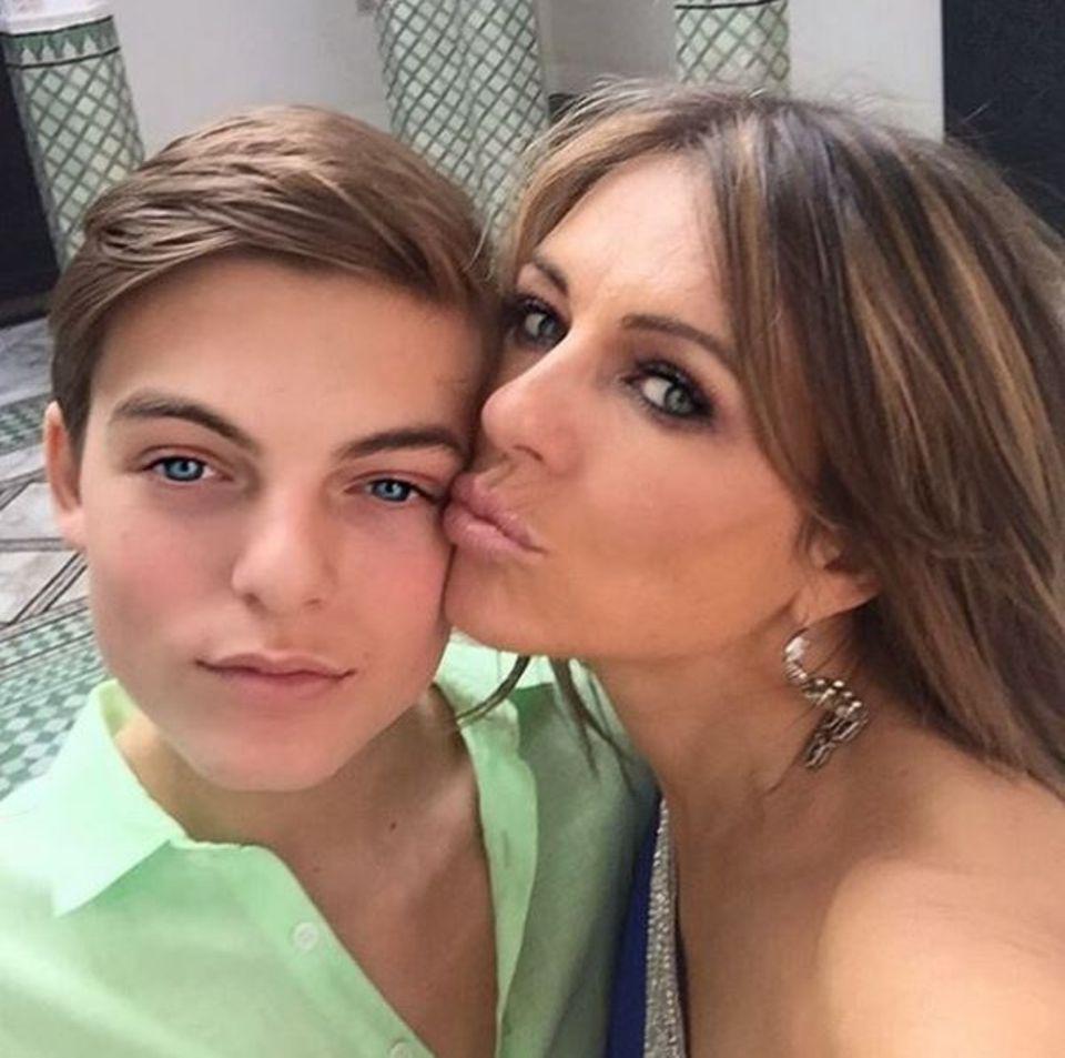 Januar 2016  Liz Hurley freut sich riesig ihren Sohn Damian bei ihrem Shoot mit dabei zu haben. Er nutzt die Zeit ein paar Videos von seiner Mama zu drehen. Wir dürfen gespannt sein!