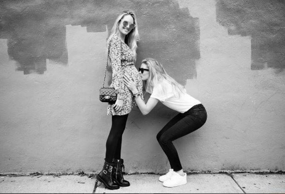Beste Freundinnen: Doutzen Kroes küsst den Babybauch ihrer Freundin Candice Swanepoel.