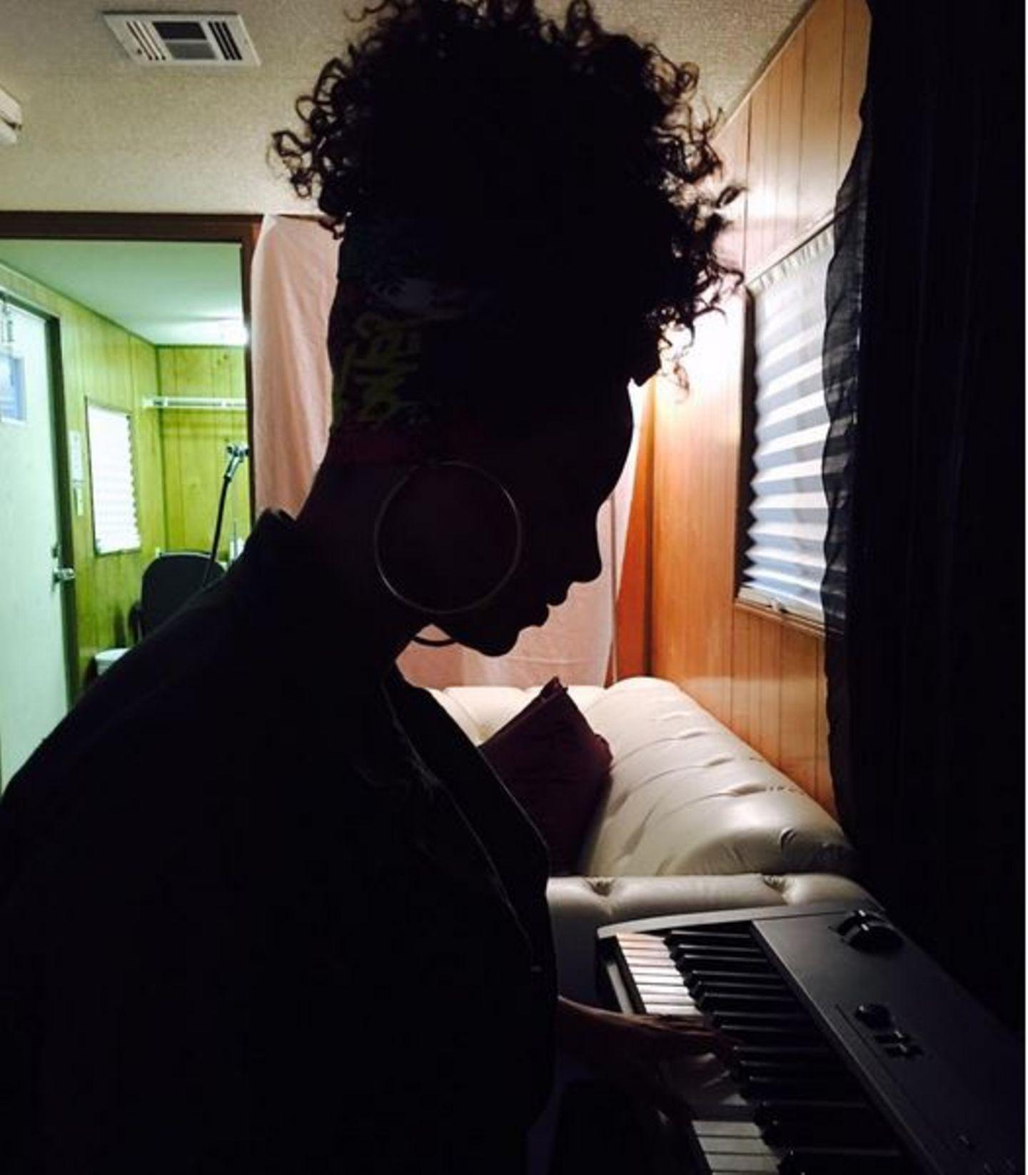 Alicia Keys vor ihrem Auftritt in New York: In gedämpftem Licht geht die Sängerin noch einmal in sich und spielt die Hits auf ihrem Keyboard.