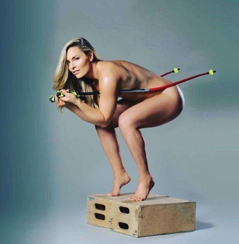 """Skirennläuferin Lindsey Vonn zeigt heiße Kurven: Für ihr neues Buch """"Strong is the new Beautiful"""" wirbt die Schönheit komplett hüllenlos."""