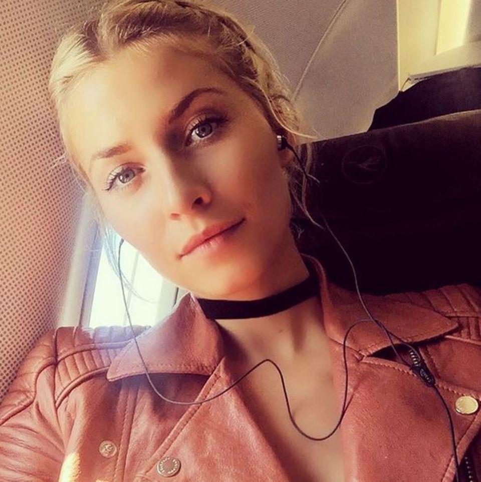 """Lena Gercke sitzt im Flieger und hört dabei ihren aktuellen Lieblingssong """"stimulated"""" von Tyga."""