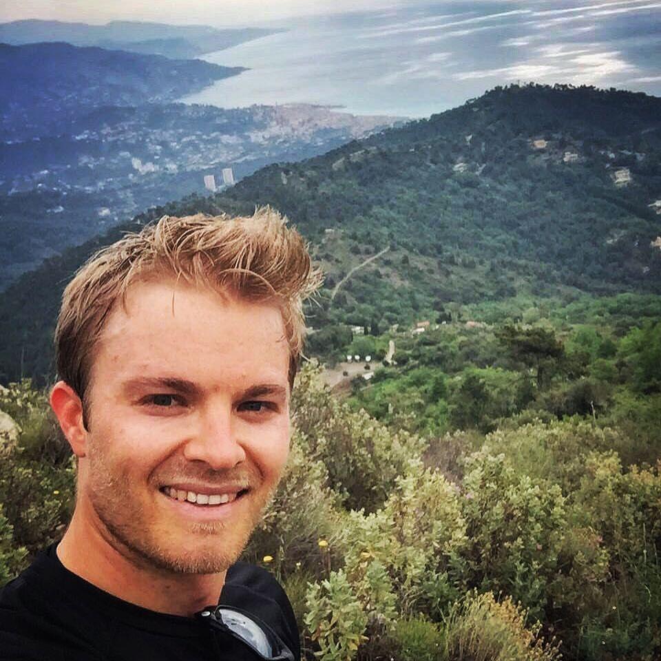 Mai 2016   Nico Rosberg will hoch hinaus, das ist klar. Diesmal ist er in 1000m Höhe und genießt die Aussicht auf Monaco.