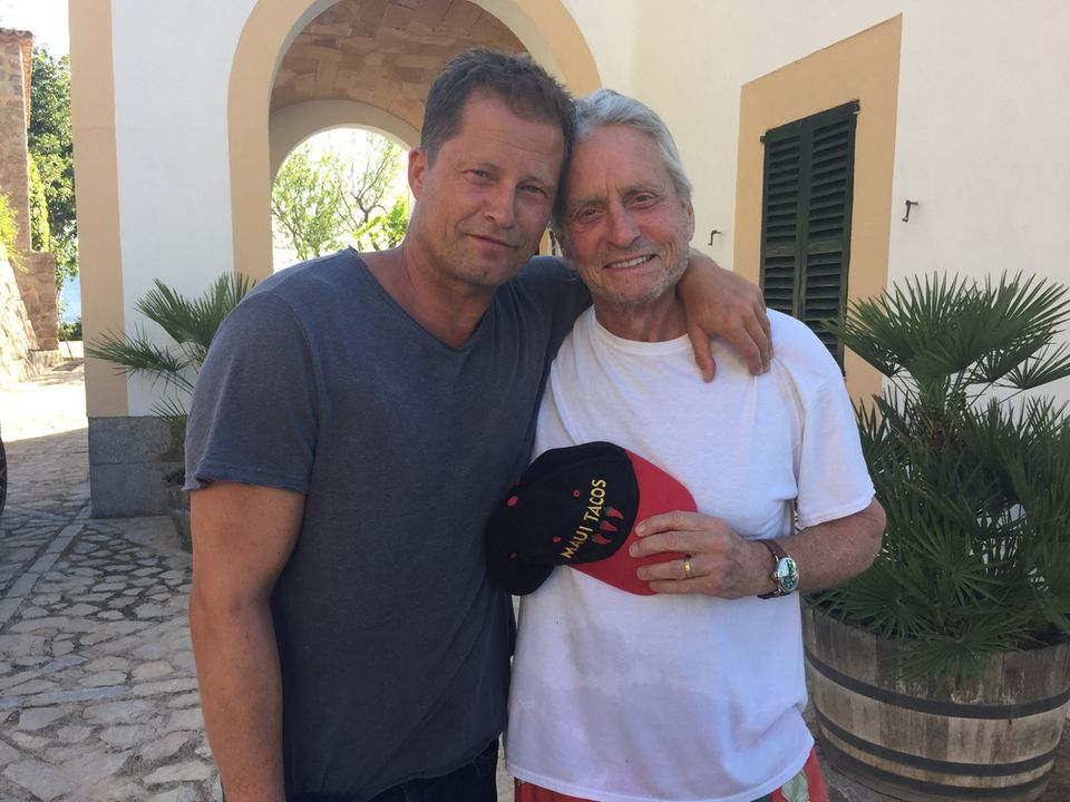 """Juni 2016  Til Schweiger dreht gerade mit Michael Douglas ein """"Honig im Kopf"""" US-Remake. Beide verstehen sich blendent, auch hinter den Kameras."""