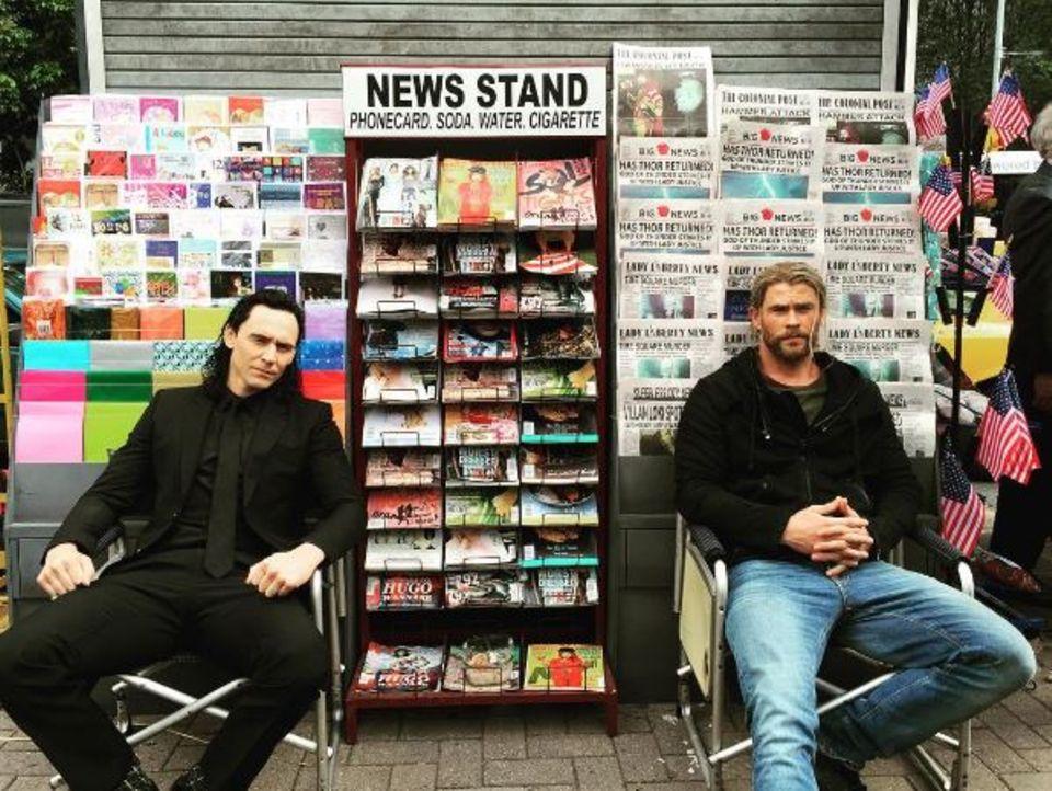 Tom Hiddleston und Chris Hemsworth bei ihrer wahren Berufung: Zeitungen verkaufen! Da hat der eine oder andere Kunde wohl nicht schlecht gestaunt. Natürlich haben die beiden Schauspieler sich bloß einen Spaß erlaubt.