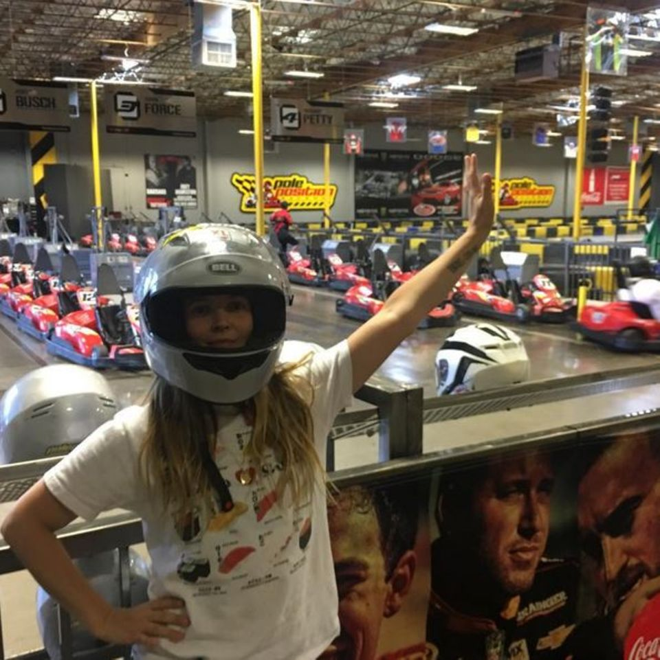Schauspielerin Drew Barrymore hat sichtlich Spaß an einer Kartbahn in Las Vegas.