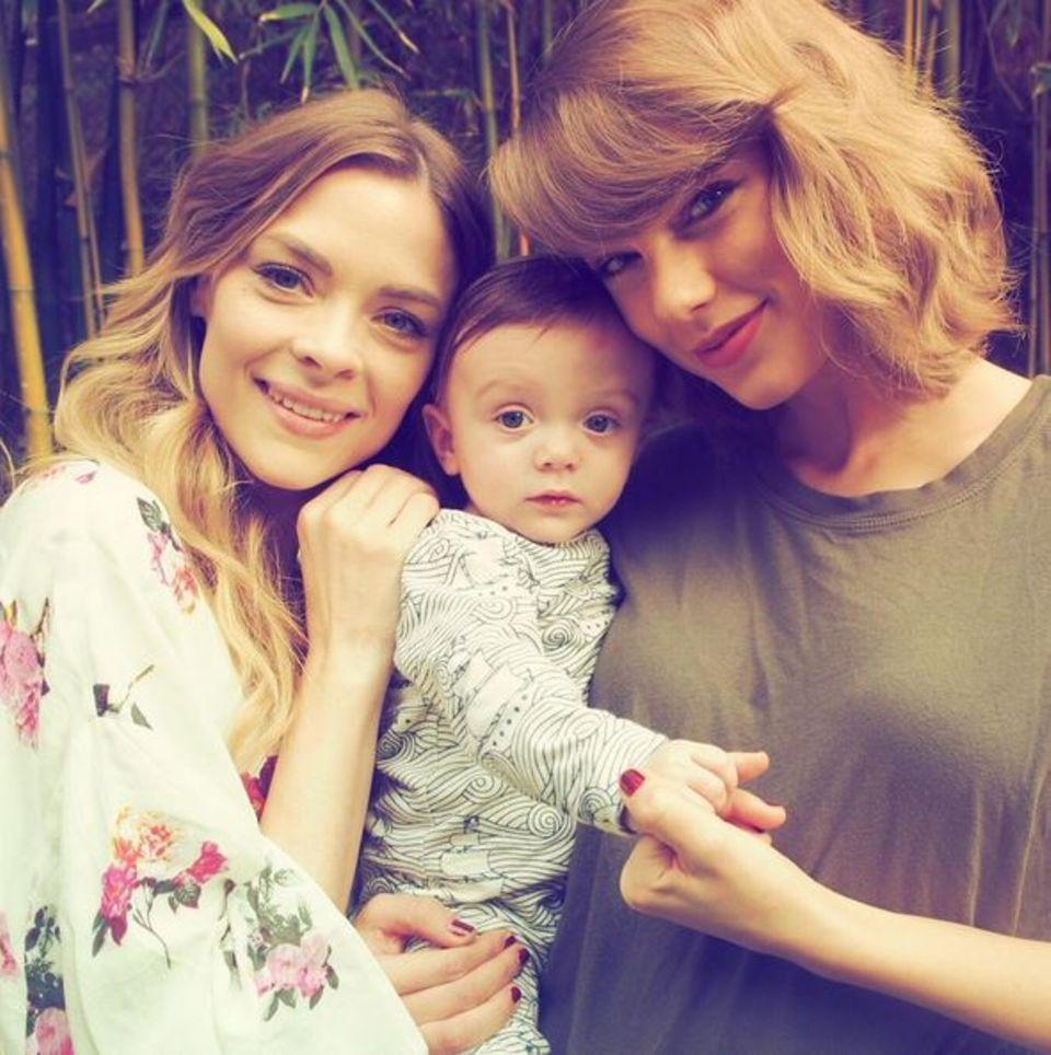 Januar 2016  Mensch, bist du groß geworden: Taylor Swift gratuliert dem kleinen Sohn von Jaime King zu seinem 6-monatigen Geburtstag.