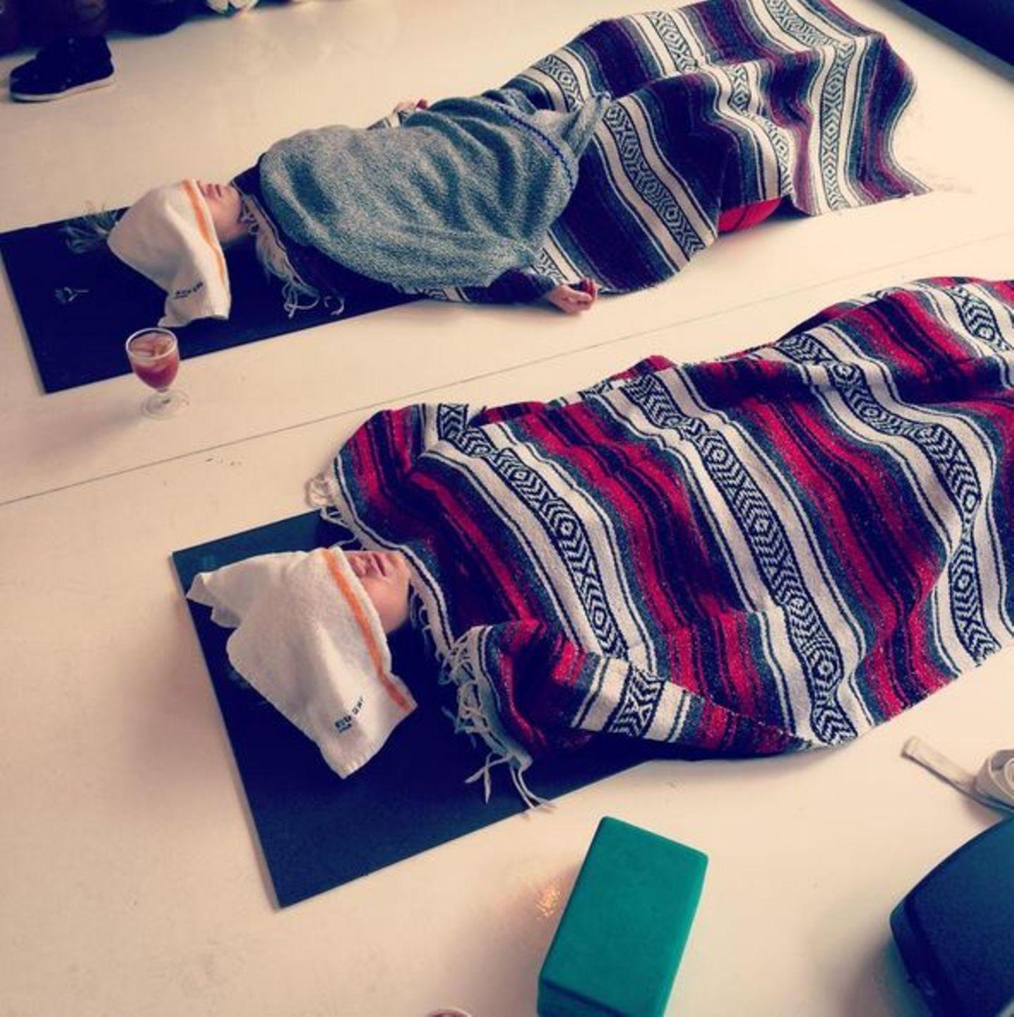 Januar 2016  Suki Waterhouse relaxt ein wenig nach dem Yoga.
