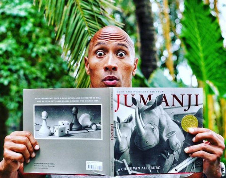 """Mai 2016  20 Jahre nach dem Erfolgsfilm """"Jumanji"""" kommt nun ein Remake. Mit dabei ist Dwayne """"The Rock"""" Johnson, der begeistert twittert: """"And the Jumanji magic begins""""."""