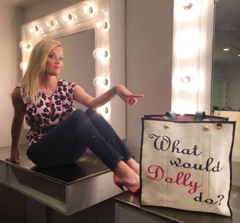"""September 2016   Reese Witherspoon rät, wenn du zweifelst frag nur """"Was würde Dolly machen?"""" Sie bezieht sich auf Dolly Parton, die nicht nur als Countrysängerin bekannt ist, sondern auch erfolgreiche Unternehmerin ist."""