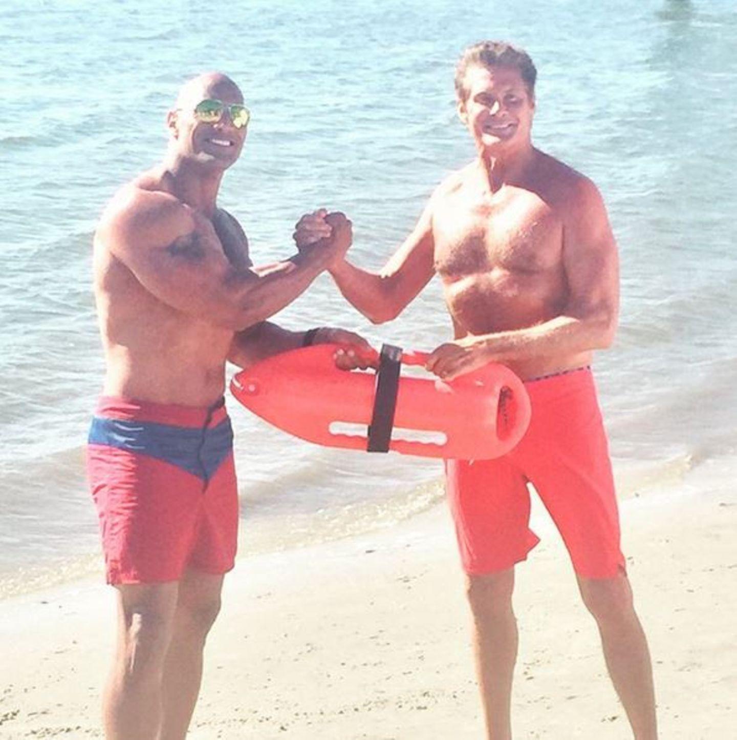 """Der Schüler und sein Meister: Dwayne Johnson trifft auf seinen Baywatch-Vorgänger David Hasselhoff. Bestimmt hat """"The Hoff"""" noch einige Tipps für den angehenden Baywatch-Star."""