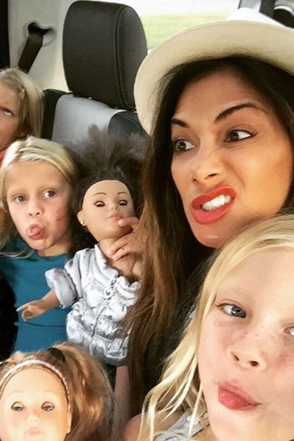 """Unterwegs im Auto nutzt Nicole Scherzinger die Zeit, um mit Kids herumzualbern. """"Die Scherzygirls sind wieder in der Stadt"""" - postet die Sängerin."""