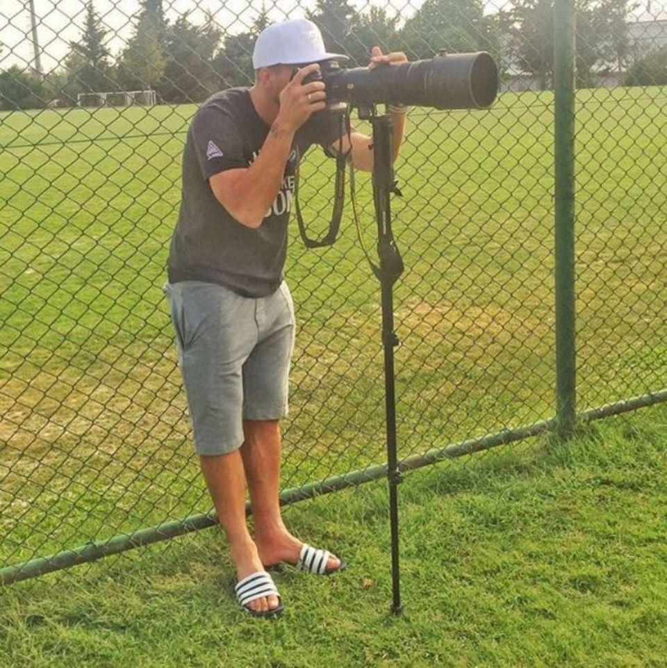 September 2016   Lukas Podolski is watching you! Bewaffnet mit Kamera und Stativ und stilecht mit Adiletten beobachtet der Fußballer die Fotografen. Er spielt gerade für Galatasaray Istanbul.